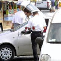 Roma, i vigili la fermano per un controllo: scoperte 474 multe non pagate a suo carico