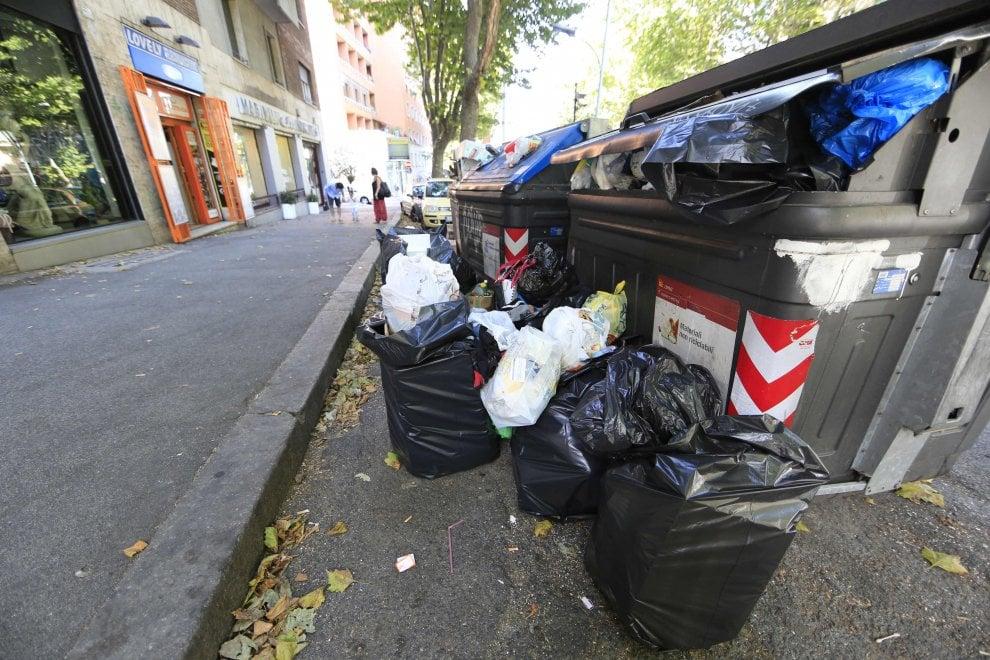 Roma, rifiuti: la città ripulita a zone. Cumuli a Torpignattara, Prenestina e Acilia