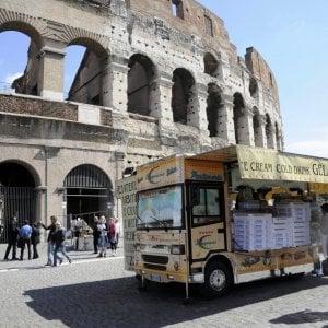 """Centro storico, a Roma torna la guerra dei camion bar. Meloni: """"No ad azioni d'imperio, li sposteremo se si può"""""""