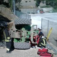 Roma, si ribalta trattore: operaio resta incastrato sotto alle ruote. I vigili lo salvano