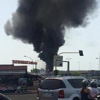 Roma, bus in fiamme sulla tangenziale: strada chiusa e traffico in tilt
