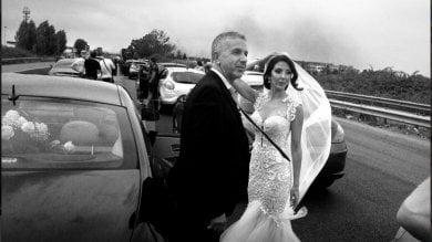 Incendio sulla Pontina, bloccata nel traffico c'è anche la sposa  le immagini