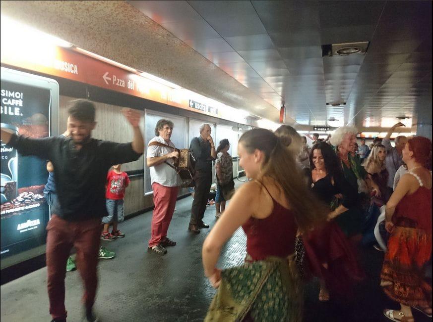 Tammuriata in metro   il flash mob con Sparagna