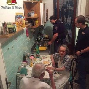 Roma, la pasta al burro dei poliziotti per due anziani soli