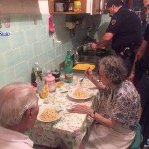 Dall'India agli Usa, la pasta al burro dei poliziotti scatena una gara di solidarietà per i due anziani soli a Roma
