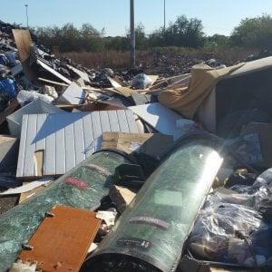 Ciampino, sorpresi a bruciare amianto e altri rifiuti tossici: due arresti