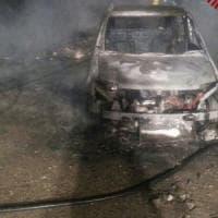 Portuense, fiamme in un parcheggio: bruciate 15 auto