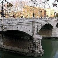 Roma, sorpreso a spacciare hashish si tuffa da una banchina del Tevere