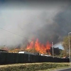 Roma, incendio in un autodemolitore alla Magliana. Bloccati i treni per Fiumicino, chiusa la strada