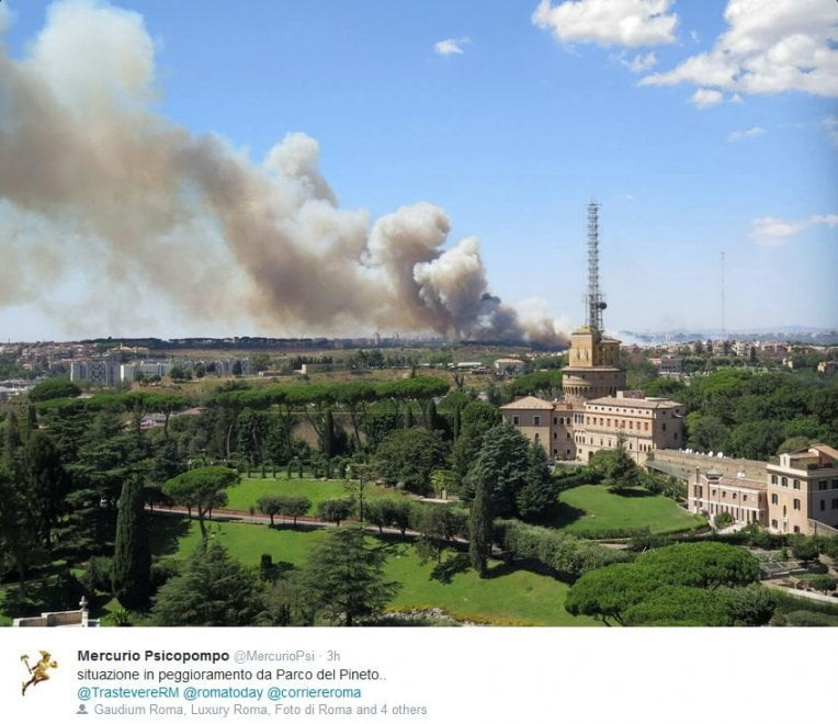 Roma, incendio nel parco del Pineto: la colonna di fumo fotografata dai lettori