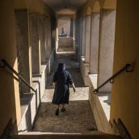 Roma, incendio nel parco del Pineto: l'evacuazione del convento