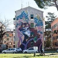 Roma, San Basilio: si ferma per mangiare un panino sul furgoncino e viene