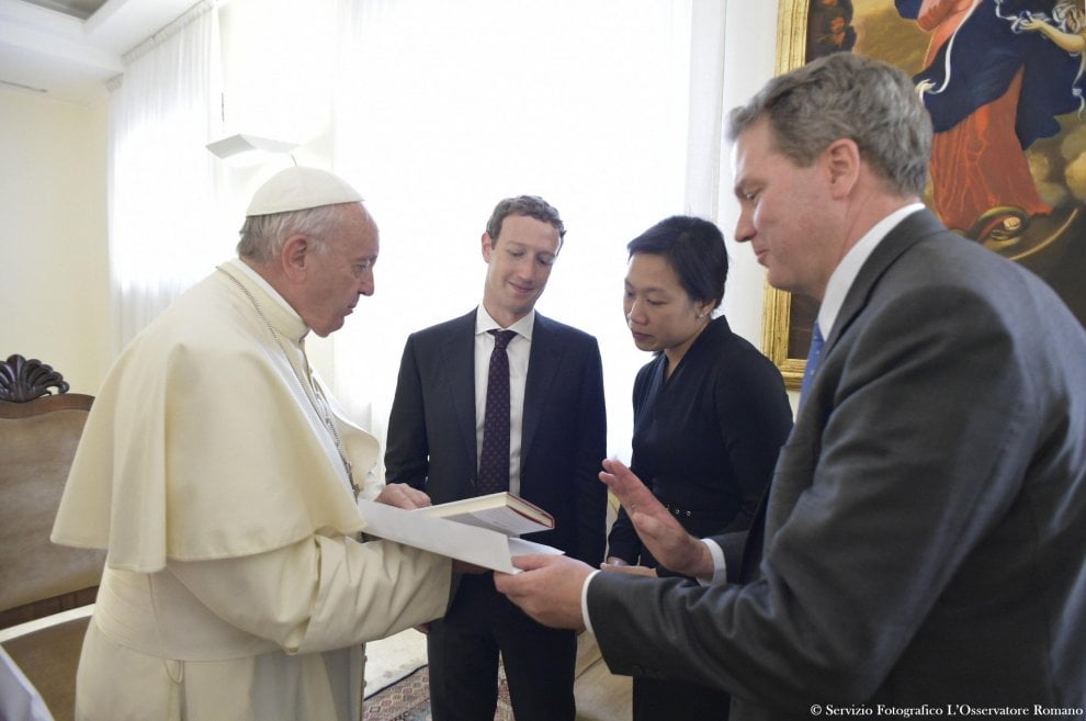 """Roma, Zuckerberg e la moglie Priscilla ricevuti da papa Bergoglio: """"Tecnologie contro povertà"""""""