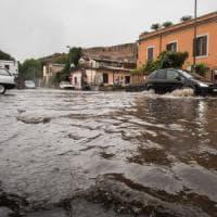 Il primo temporale allaga Roma: città paralizzata. Metro in tilt, emergenza
