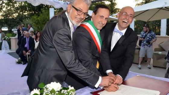 Nozze gay, Sandro e Bobby sposi per legge. Rocca di Papa anticipa Roma