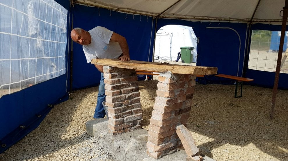Terremoto, realizzato altare nel campo tendato di Sommati
