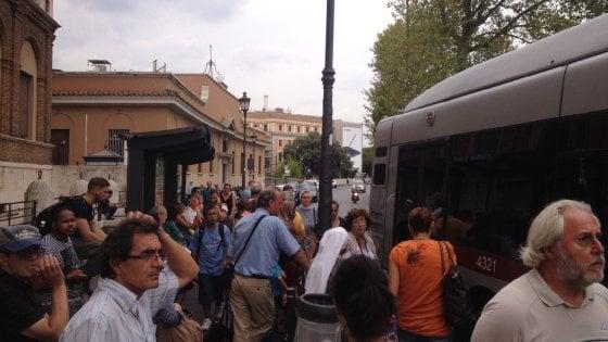 Roma, trasporti nel caos tagliate 3.800 corse. Scontro Comune-Atac