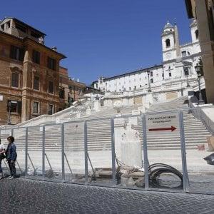 """Roma, nuova Trinità dei Monti: scontro sulla cancellata. Bulgari: """"Via i barbari"""""""