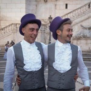 """Roma, Raggi celebra la prima unione civile della Capitale: """"Nasce una nuova famiglia"""""""