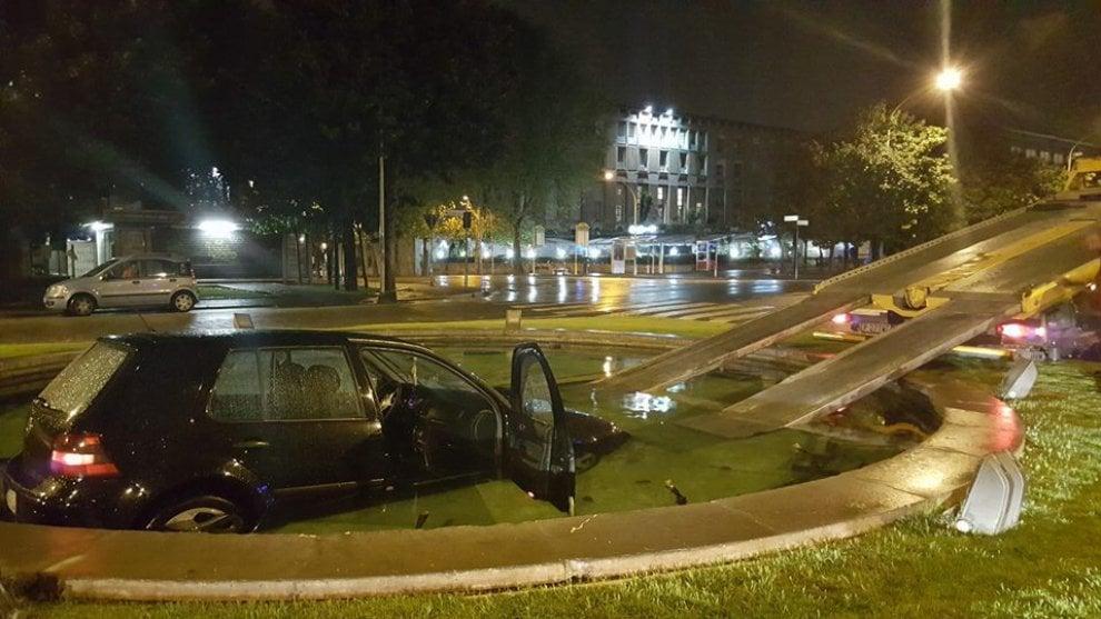 Roma, Eur: non vede la fontana e finisce in acqua con l'automobile