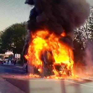 Roma, ancora un autobus in fiamme: è il quinto in pochi mesi