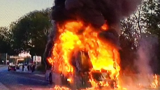 Roma, mezzi vecchi e rotti: la flotta dei bus Atac tra roghi e sabotaggi