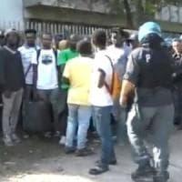 Roma, la polizia sgombera immigrati in via Vannina. Protesta e blocco di