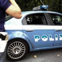 Roma, sgrida un uomo che fa pipì nel parco: preso a bottigliate
