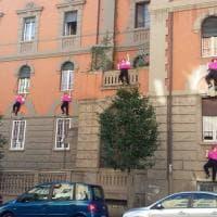 Roma, manichini arrampicati sui palazzi di piazza Bologna