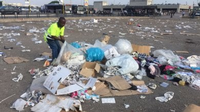 Anagnina, mercato chiuso per i rifiuti   foto   intervengono i Pics, municipio denunciato