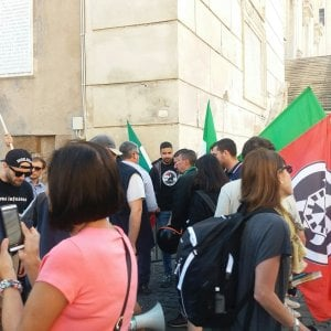 Roma, tensioni per sgombero stabile occupato abusivamente a Colosseo: 16 arresti. C'è anche Di Stefano di Casapound