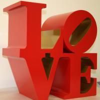 Roma, cuori e atmosfera kitsch: la mostra Love al Chiostro del Bramante