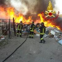 Roma, maxi incendio di rifiuti nel campo nomadi di Torrevecchia