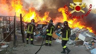 Torrevecchia, maxi incendio di rifiuti  nel campo nomadi di via Lombroso