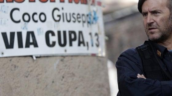Roma, sgombero in via Cupa: migranti in coda per l'identificazione