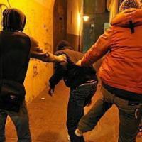 Roma, aggrediscono e tentano di rapinare un minorenne. I carabinieri li arrestano