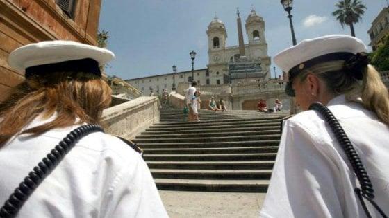 Roma, volantini in 7 lingue per i turisti contro il degrado a Trinità dei Monti