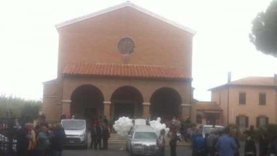 Giallo di Maccarese, palloncini, lacrime e applausi ai funerali di Alessandro