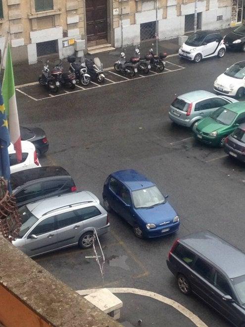 Roma, in piazza il posto auto riservato del presidente M5s del municipio III