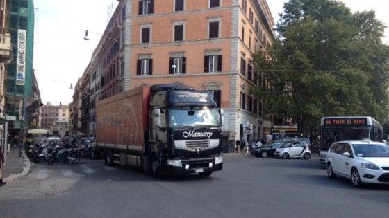 Roma, sosta selvaggia a piazza Fiume: maxi ritardo per 12 linee Atac