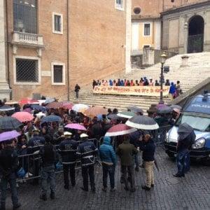 """Roma, caso Baobab. Protesta in piazza, la rabbia del municipio: """"Noi soli"""""""