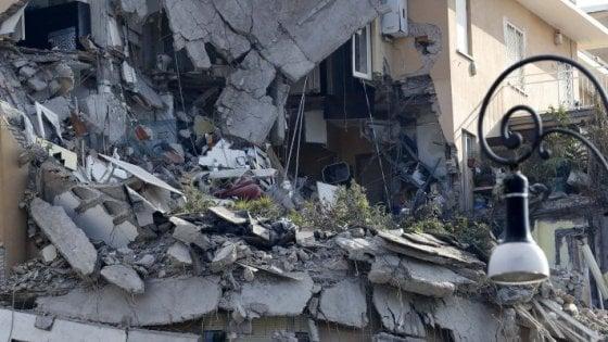 Roma, perdita d'acqua in via della Farnesina. I residenti temono nuovi crolli