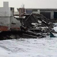 Forte mareggiata a Fregene, danni negli stabilimenti balneari