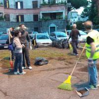 Rastrelli e olio di gomito, i volontari al lavoro alla Garbatella