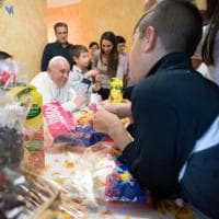 Roma, il Papa fa merenda con i bambini del villaggio Sos