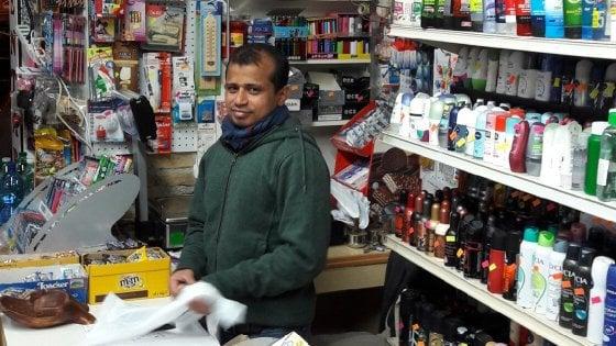 """Roma, """"Licenze facili e soldi prestati"""": i 'banglamarket' all'assalto dei negozi storici in centro"""