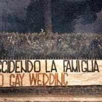 """Roma, blitz di Forza Nuova contro la kermesse Gaywedding. Il Gay center: """"Omofobia..."""
