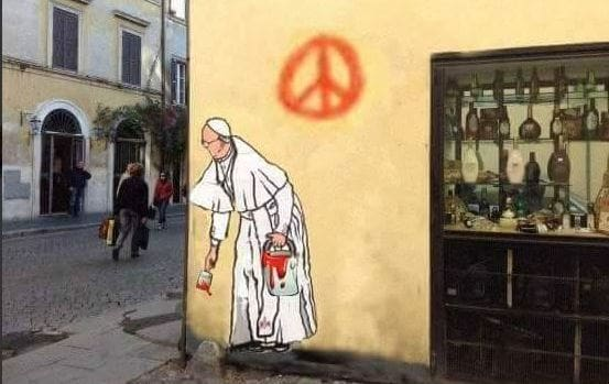 Borgo Pio, nuovo murale  con il Papa ma è un fake
