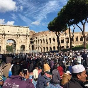 """Roma, musulmani in preghiera al Colosseo: """"Quello al culto è un diritto costituzionale"""""""