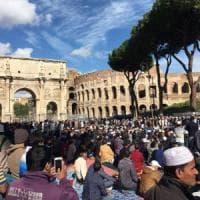Roma, musulmani in preghiera al Colosseo: